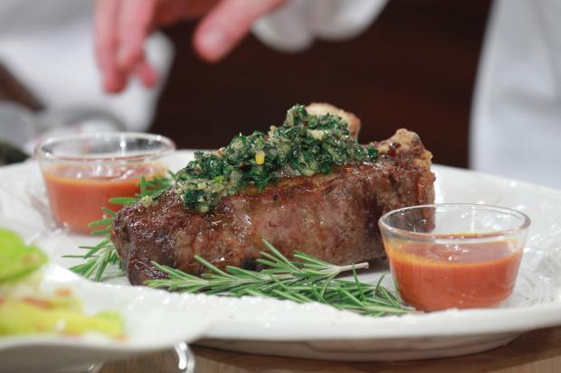 porterhouse steak mit barbecueso e und caesar salad rezept mit video. Black Bedroom Furniture Sets. Home Design Ideas
