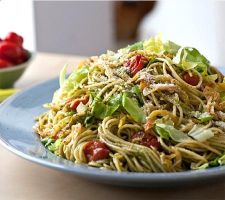 spaghetti mit kopfsalat pesto rezept. Black Bedroom Furniture Sets. Home Design Ideas